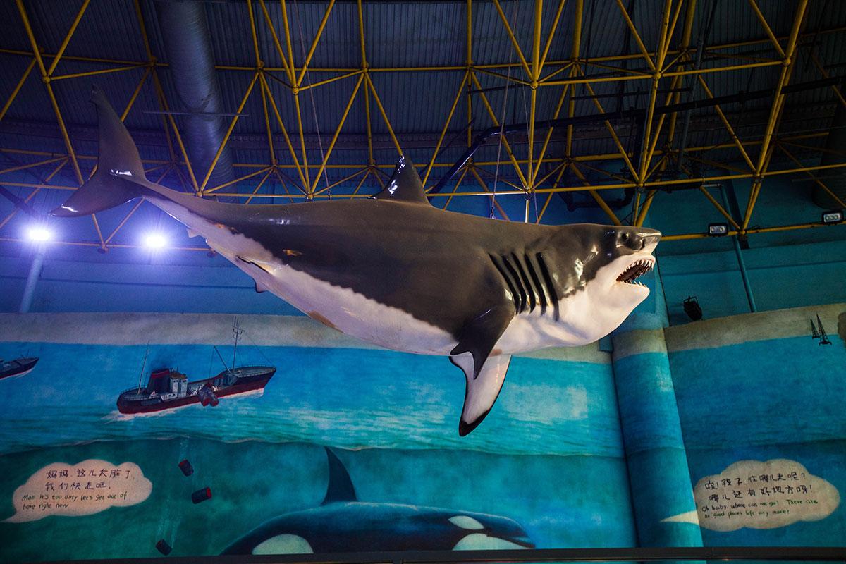 Муляж акулы в пекинском океанариуме