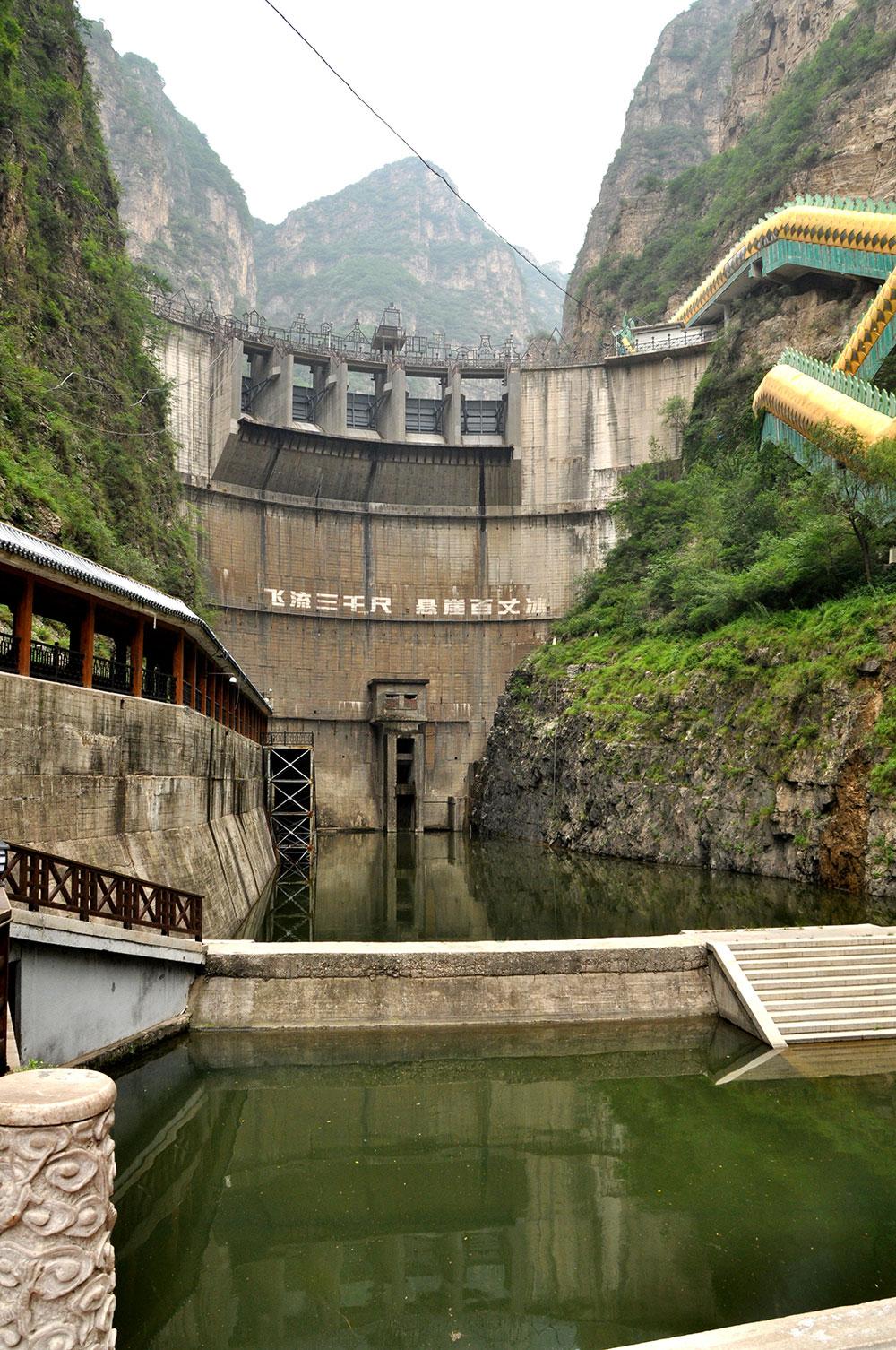 Дамба и водохранилище в Ущелье Дракона