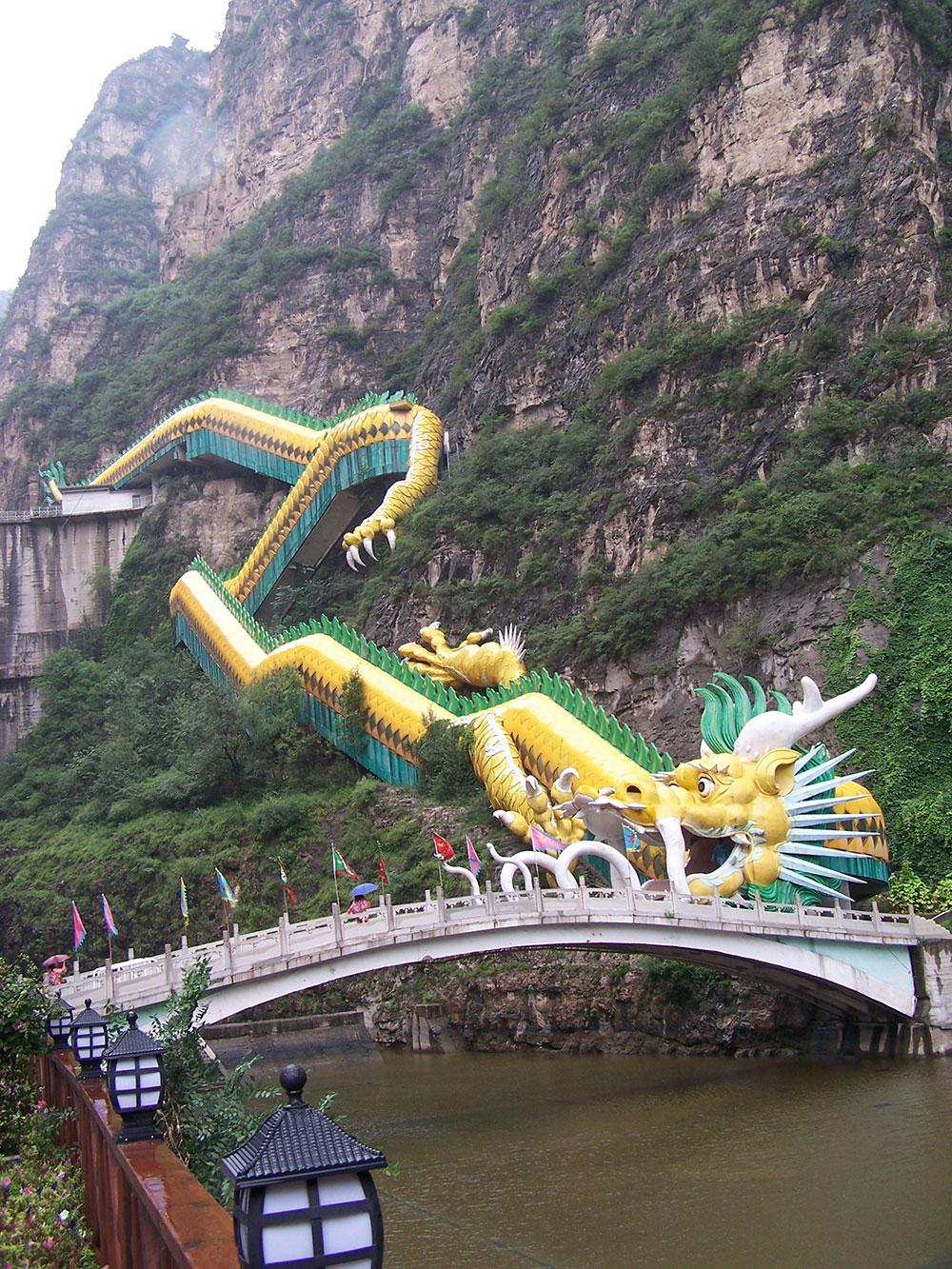 Закрытый мост в форме Дракона