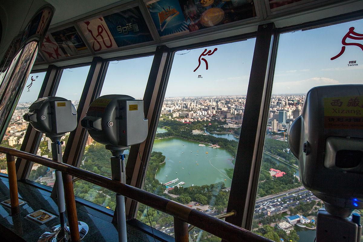 Смотровая площадка пекинской телебашни оборудована мощными телескопами